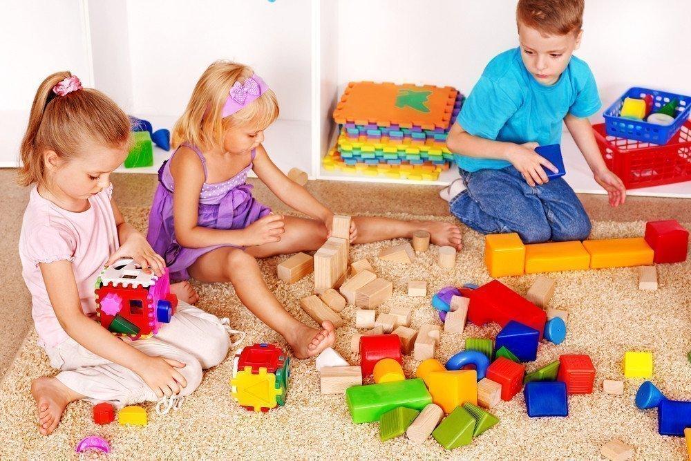 Картинка играющие дети в садике