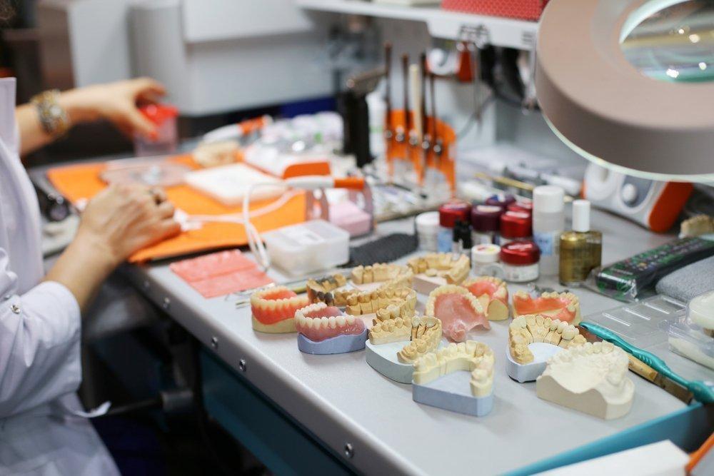 Съемные протезы и имплантация зубов