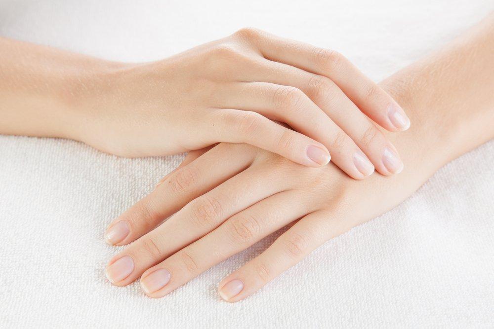 Почему ногти отстают в росте и ломаются?