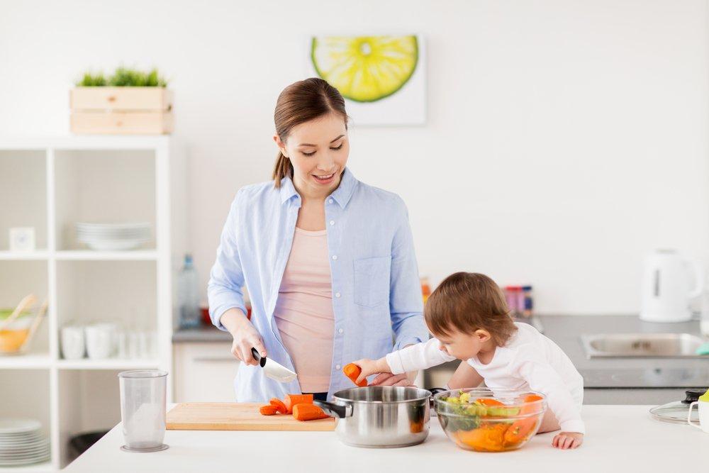 Мать и годовалый ребенок: готовим и играем вместе