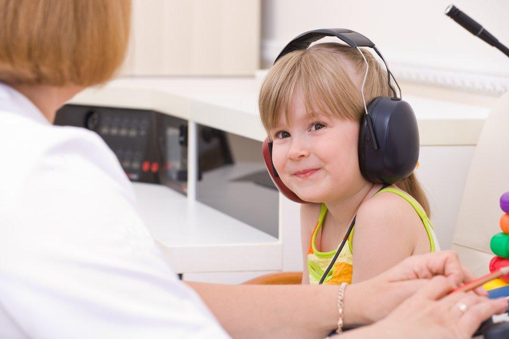 Как осуществляются лечение и реабилитация детей с нарушением слуха?