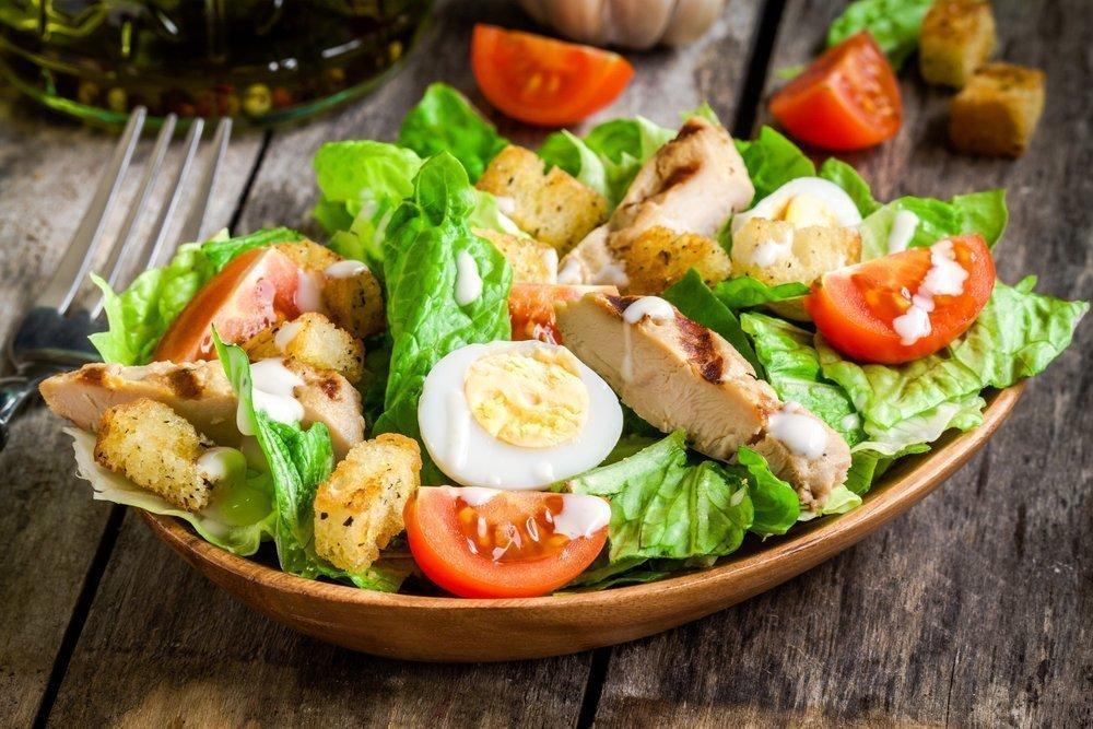 Овощной салат с йогуртом и курочкой