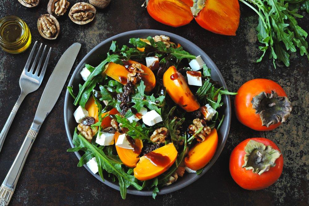 Все витамины в одной тарелке: салат с хурмой