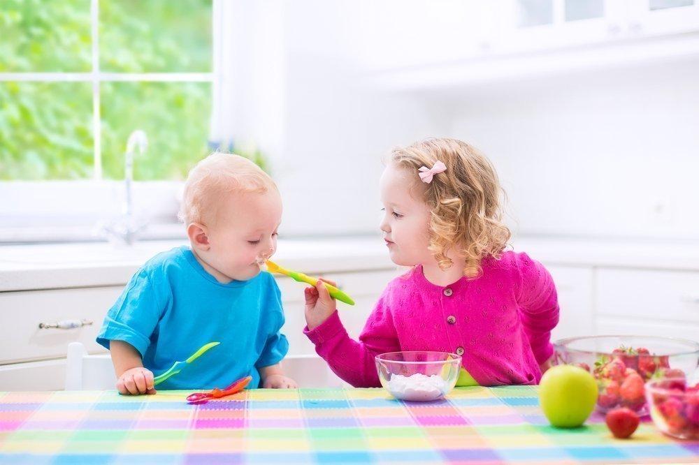 Забота старших детей о младших братиках и сестричках