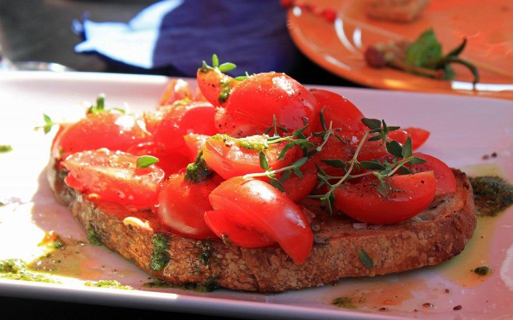 Брускетта с творогом и помидорами черри