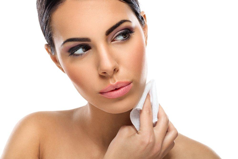 Использование для снятия макияжа влажных салфеток