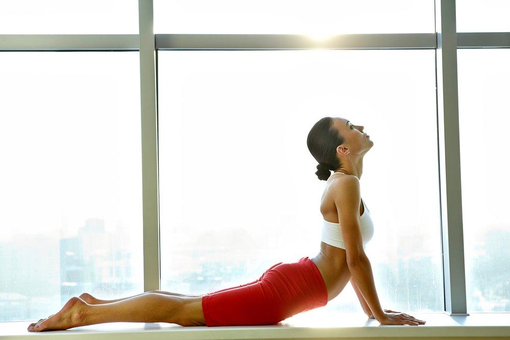 Фитнес-упражнения: сидя, на боку и на животе