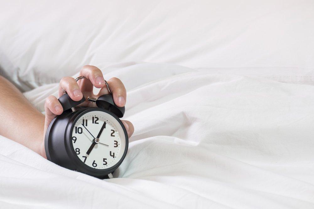 Утренний сон человека и будильник