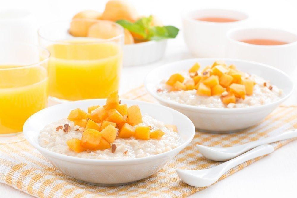 Рисовая каша с фруктами и миндалем