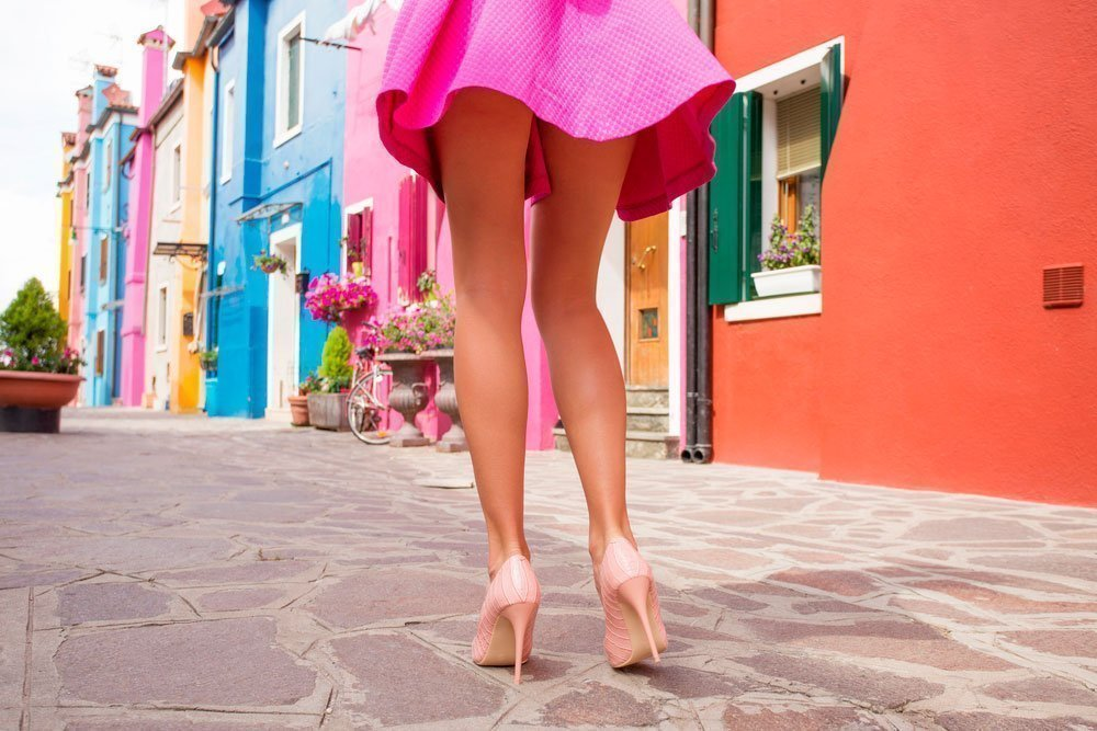 Девушка в короткой юбке спускается по лестнице