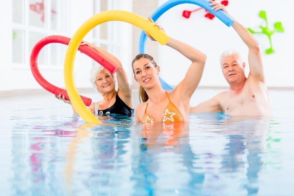 Упражнения с нудлами в бассейне