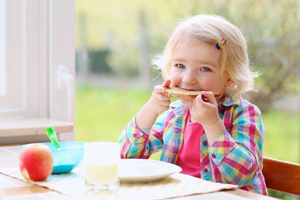 Миф 1: При простуде ребенку следует как можно больше есть, чтобы быстрее выздороветь