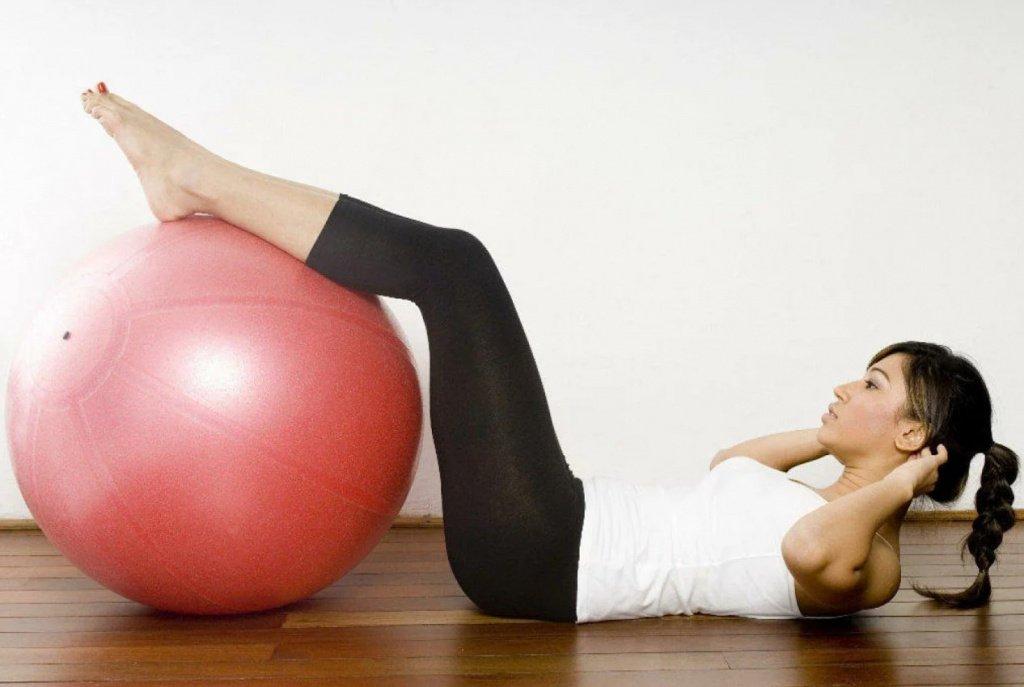 Упражнение 1: Скручивание с мячом Источник: yandex.net