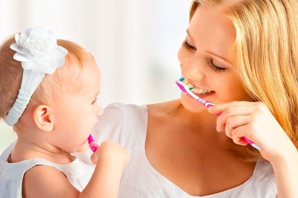 Дети начинают чистить зубы