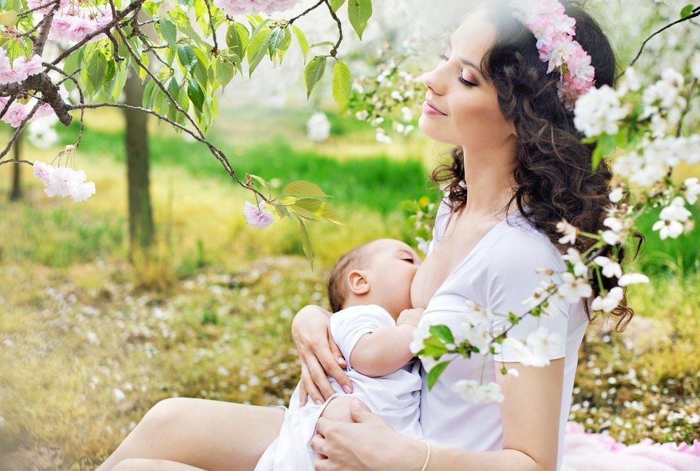 Обнаженная грудь или просто еда для младенца?