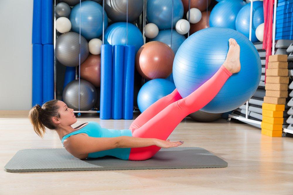 Упражнение 9: Подъем ног с мячом