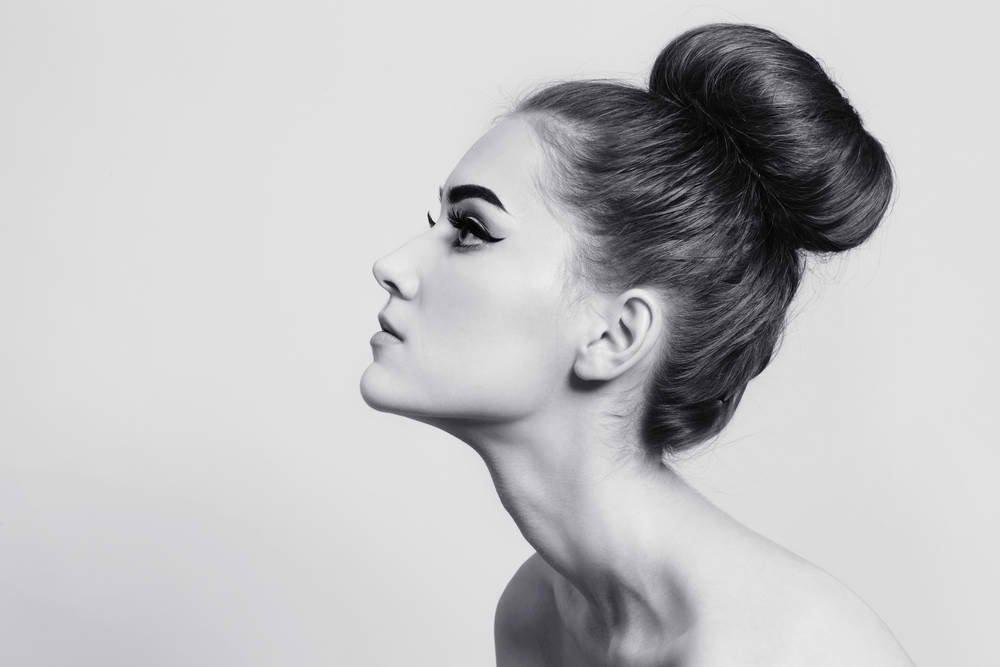 Простой уход за волосами: высокий пучок на голове