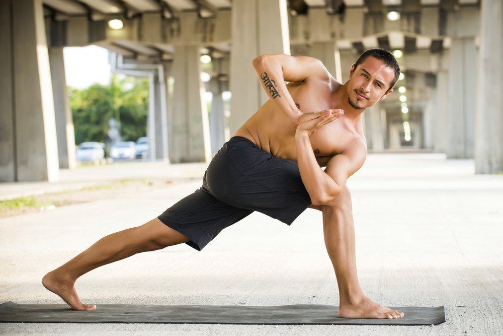 Йога придает мужчинам силы и уверенность в себе