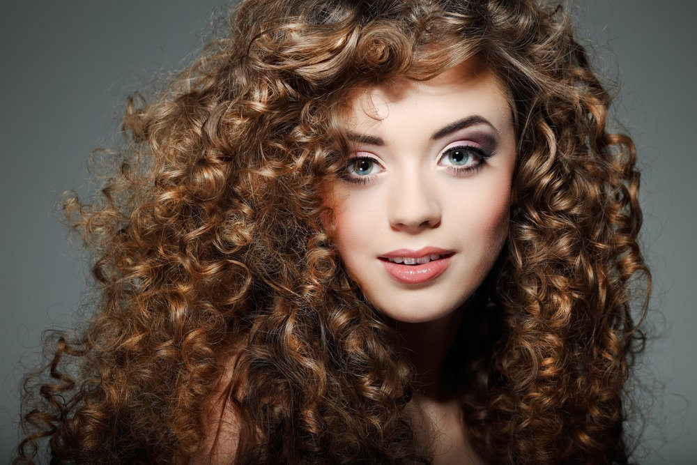 Химическая завивка: бережный уход за волосами или вред?