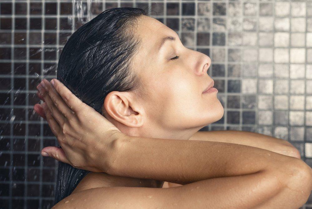 Секреты красоты: правила ухода за жирными волосами