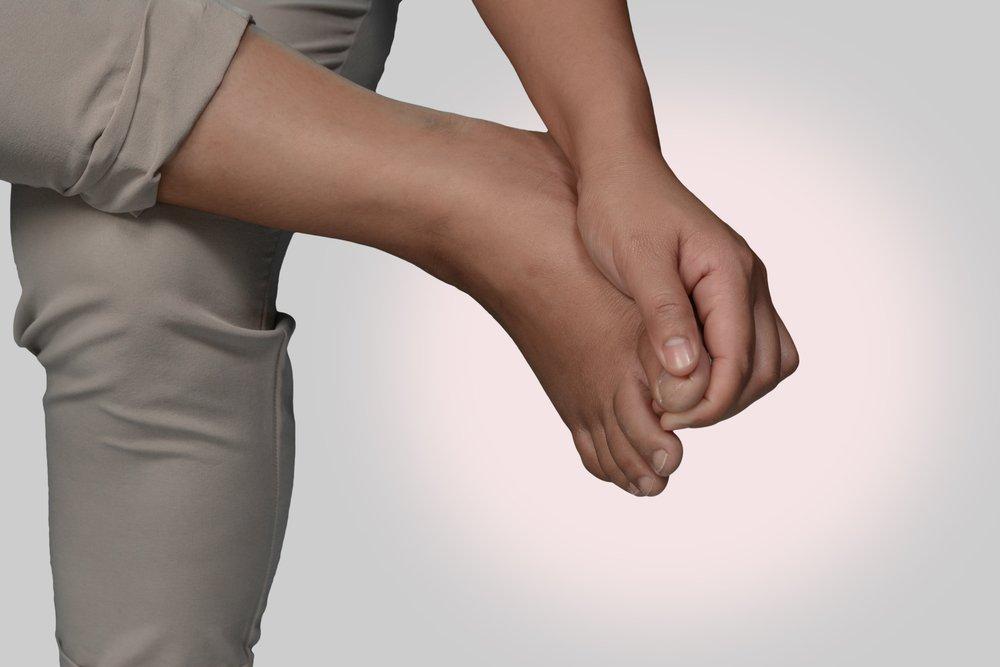 Боль — основной симптом вросшего ногтя