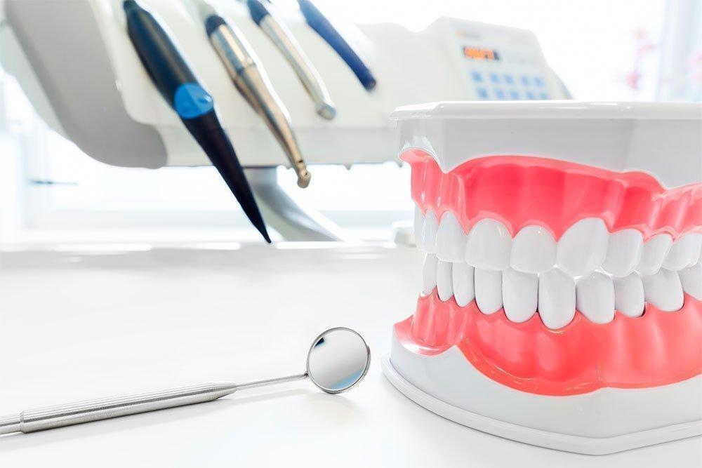 Гигиена полости рта дома и в клинике — в чем разница?