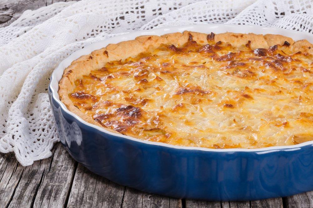 Простой рецепт заливного пирога с консервированным тунцом