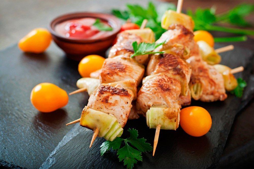 Шашлык из куриного филе с кабачками и зеленью