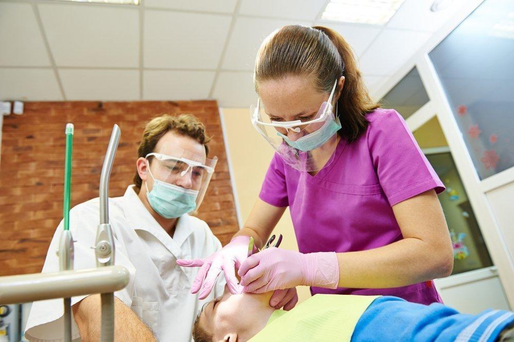 Лечение зубов под наркозом: показания у малышейужно ли детям?