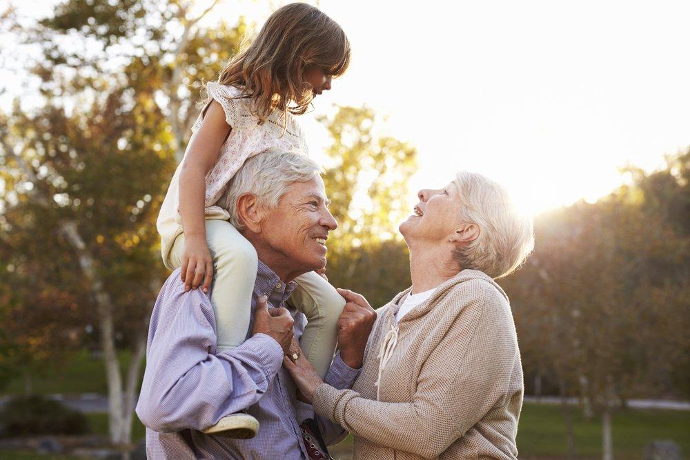 Бабушка и дедушка — лучшие спутники на прогулках