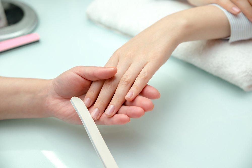 10. Игнорирует состояние ногтей клиента