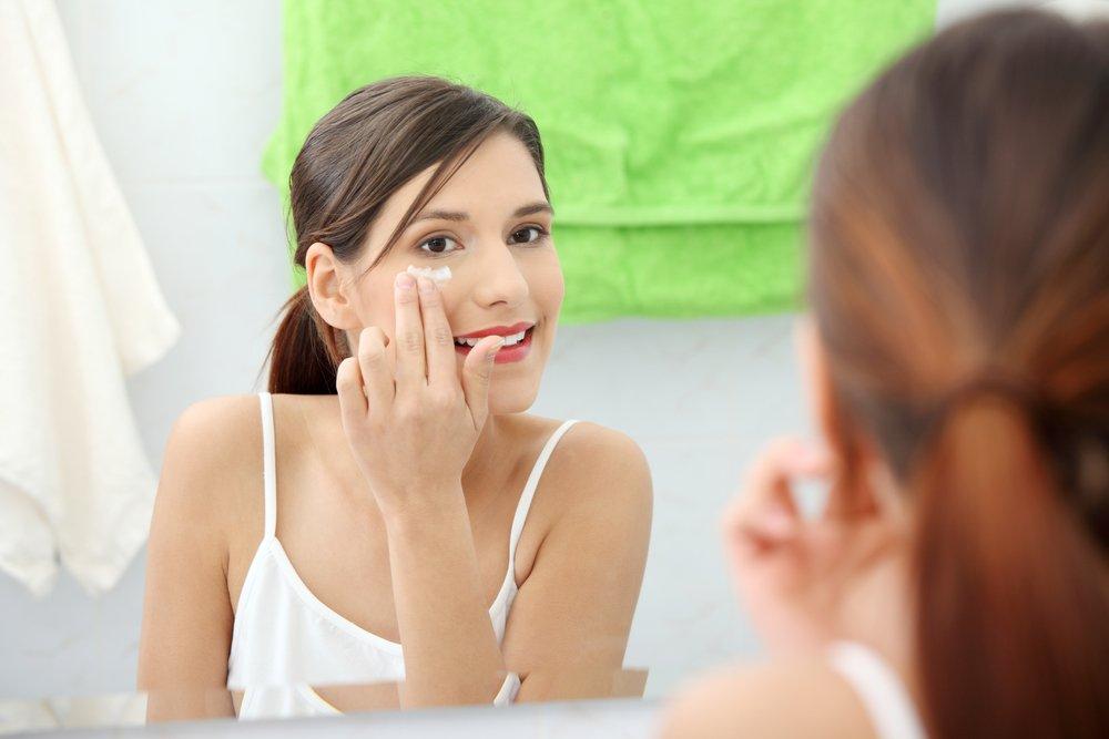 Правильная техника применения крема вокруг глаз для красоты лица