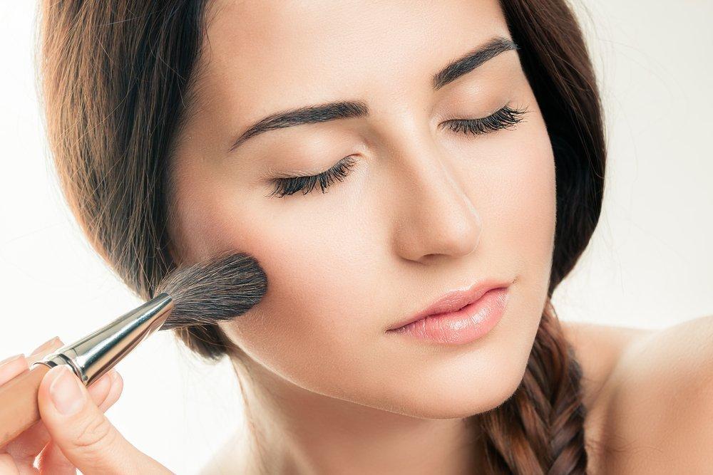 Выделение скул с помощью макияжа