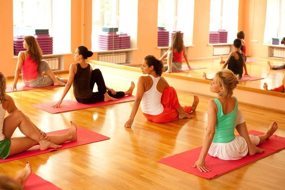 Усложненные позы йоги: наклоны, махи, удары