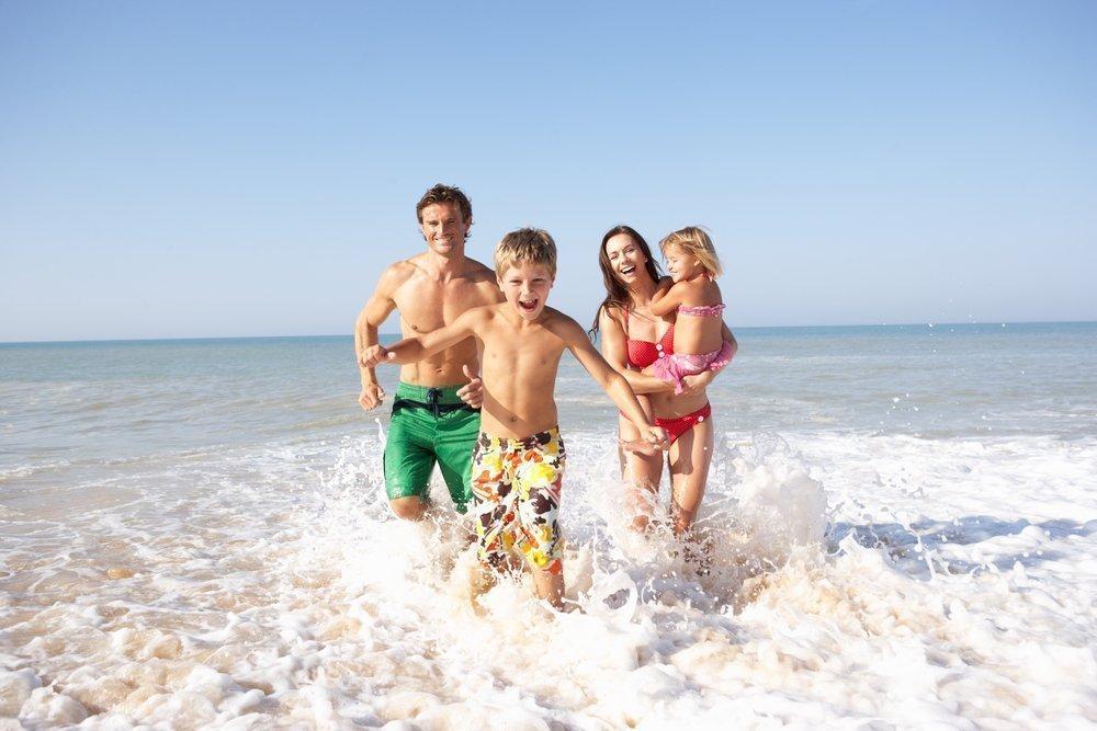 Развлечения малышей и родителей на галечном пляже