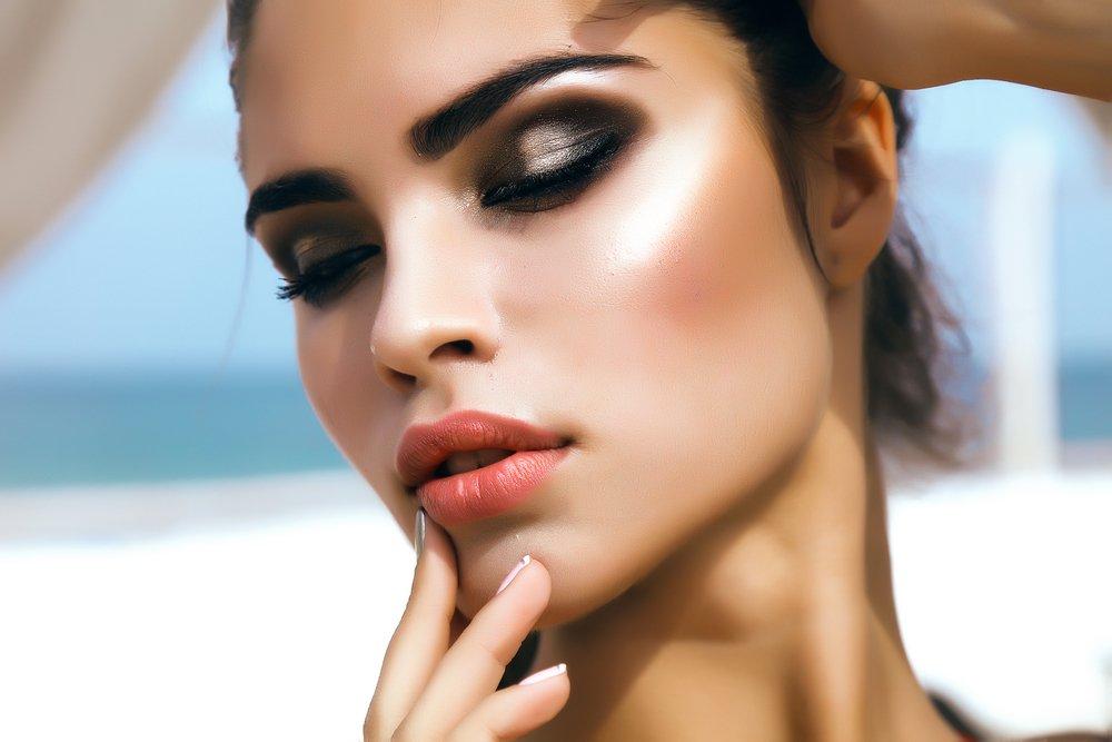 Сложный макияж век несколькими яркими оттенками