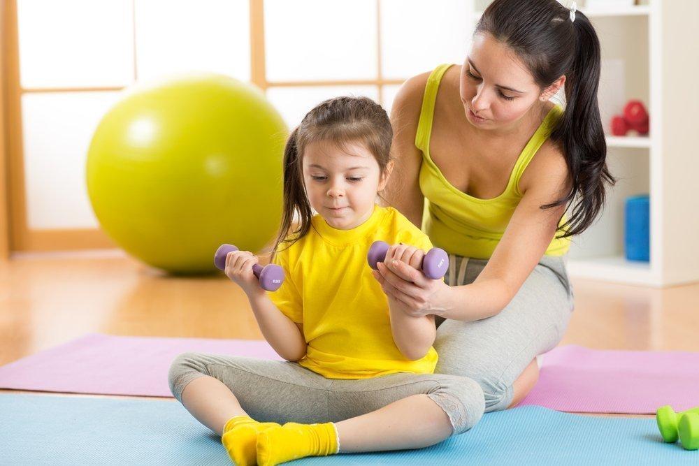 Зарядка по утрам — полезная привычка для малышей
