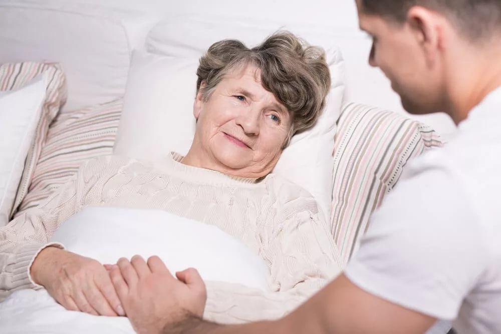 Как осуществляется уход за лежачим больным