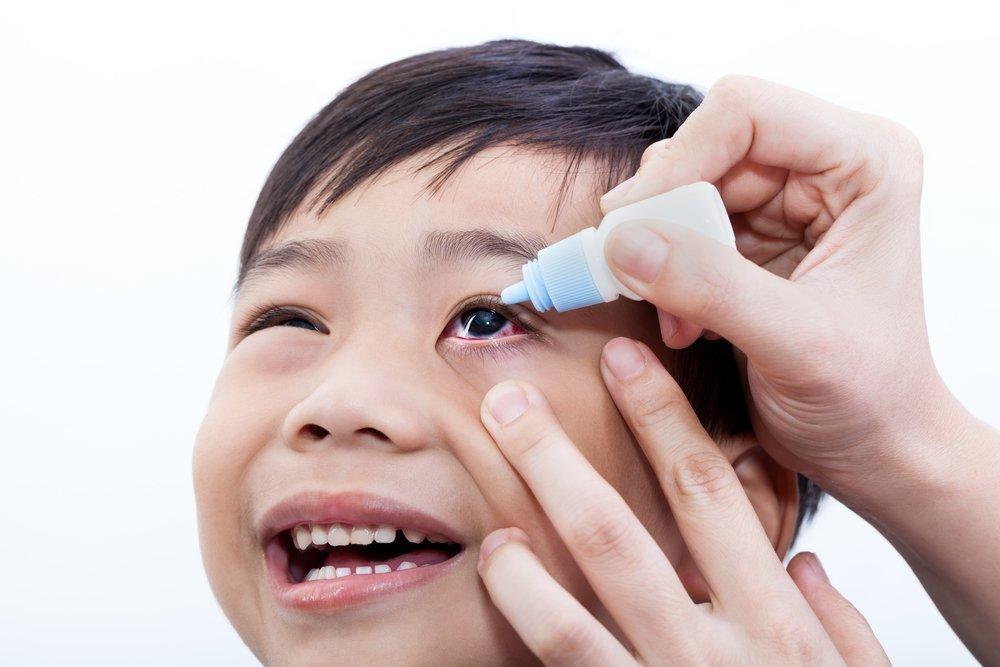 Действия родителей при закапывании глаз