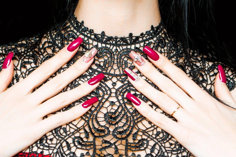 Черный наряд: яркий дизайн ногтей с красным или белым лаком