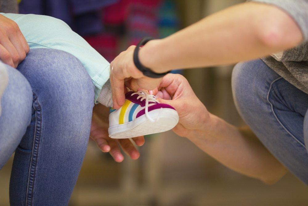 Примерка детской обуви: с детьми и без