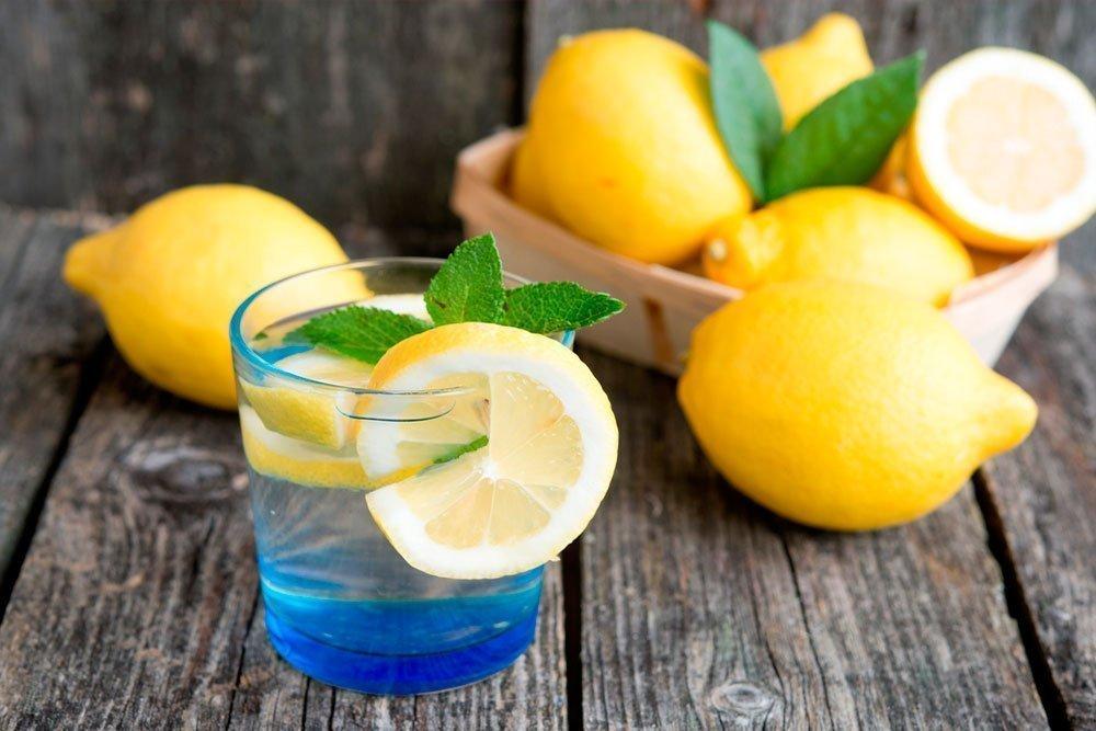 Лучшее начало дня для здоровья — стакан теплой воды с лимонным фрешем
