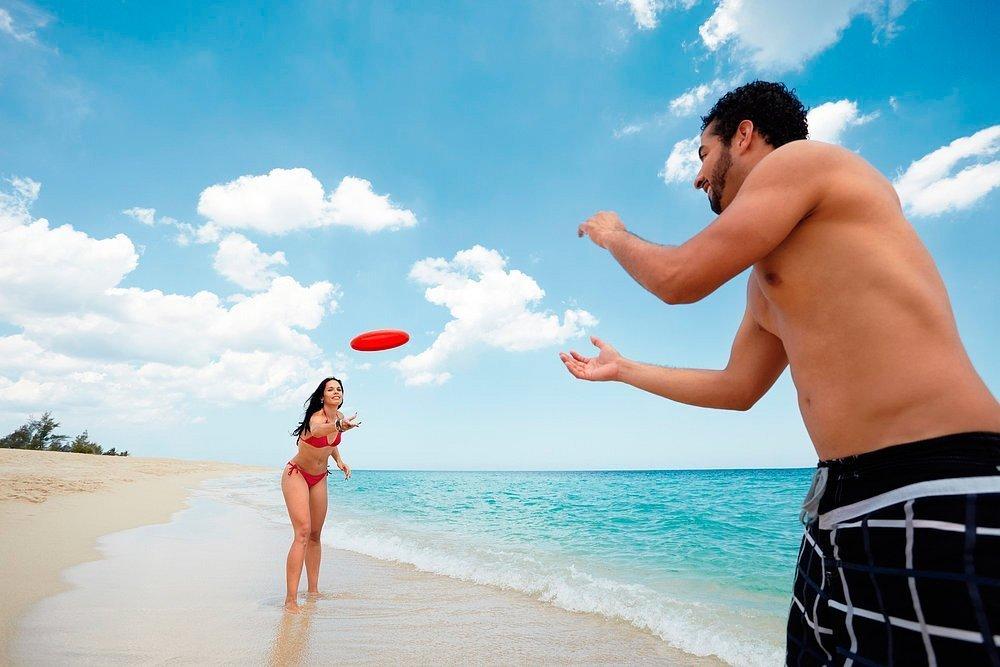 Фрисби: играем на пляже