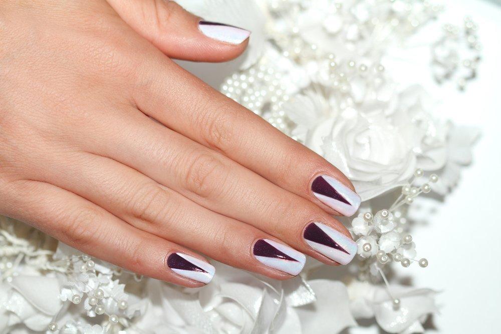 Гель лак ногтей с лунками треугольными