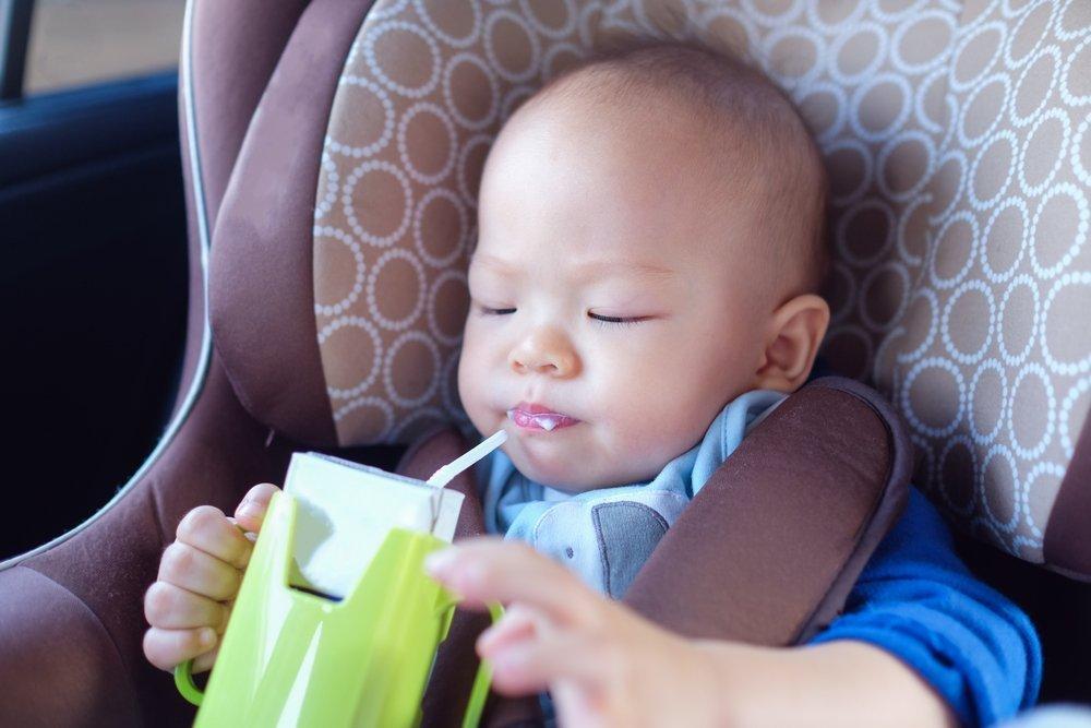 Маленький ребенок путешествует в автомобиле