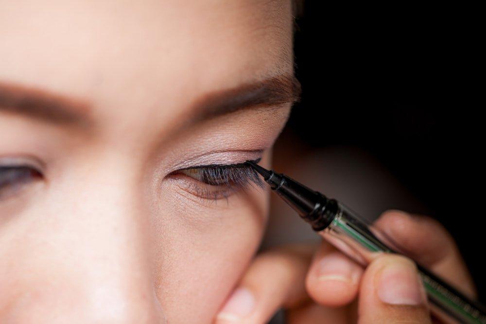 Не оттягивайте веко, когда делаете макияж глаз