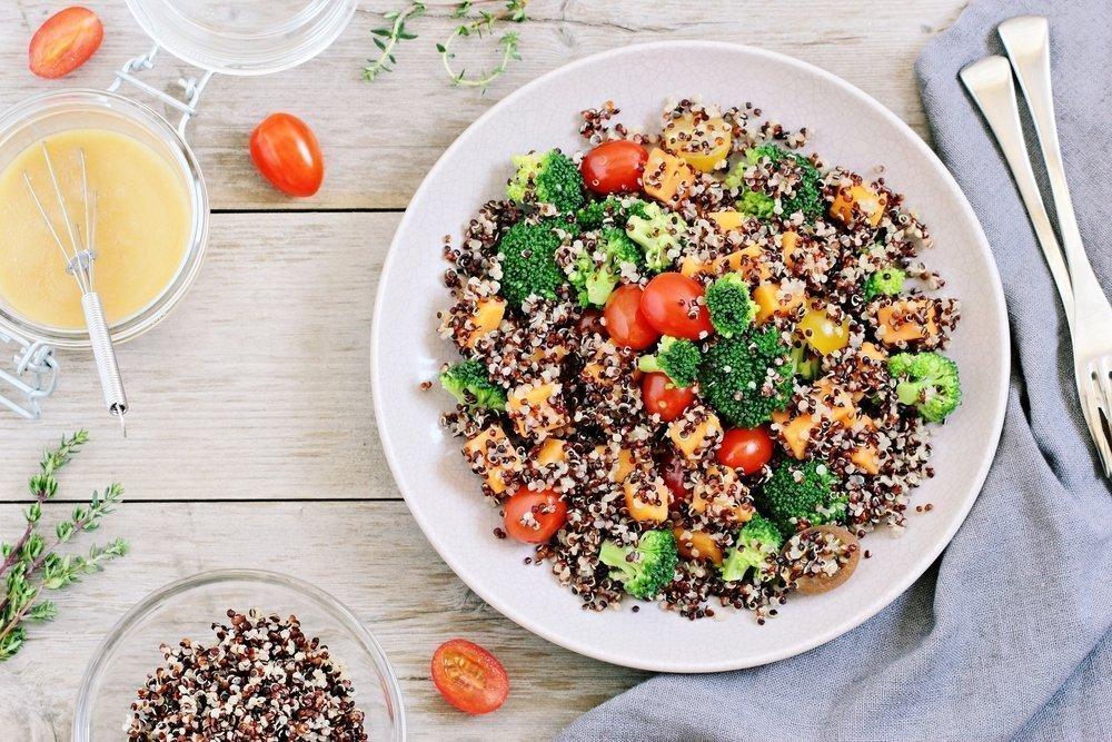 Здоровое питание: салат из киноа с томатами