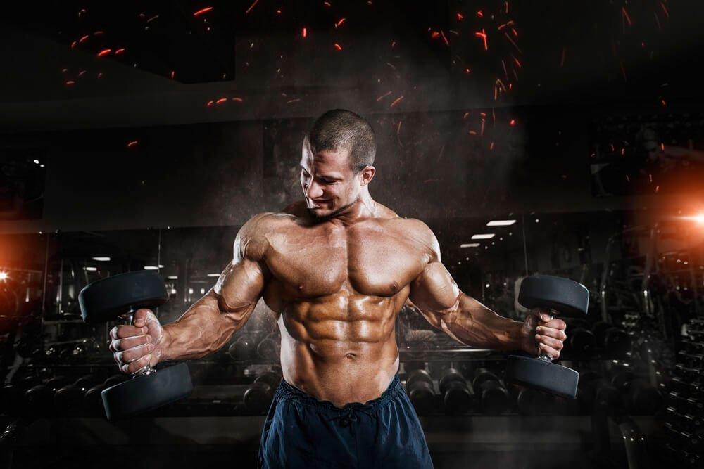 Фитнес-тренировки поклонников ЗОЖ с эспандером и гантелями