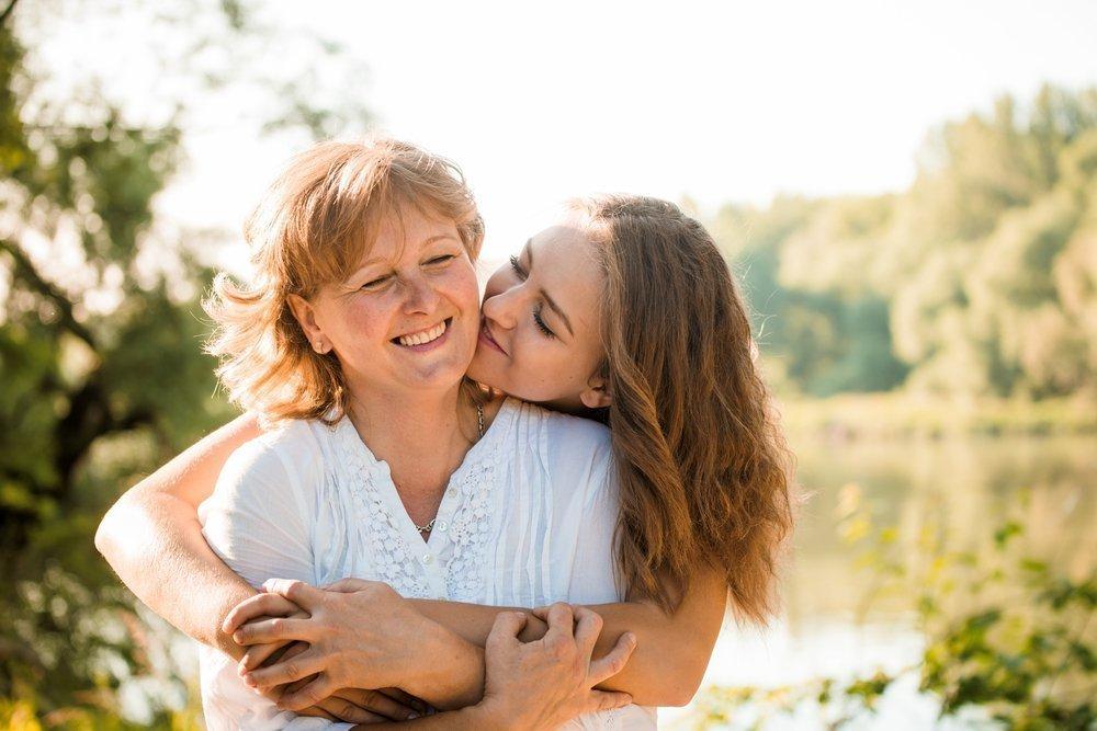 Молодая мамаша делится опытом с дочью