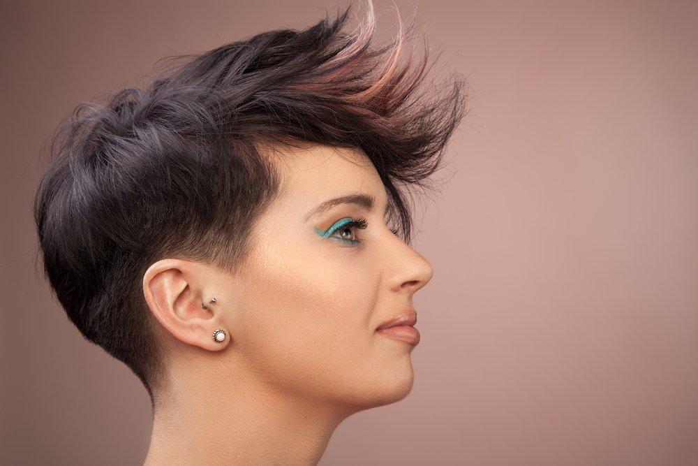 «Рваная» косая челка: универсальный вариант для любой укладки